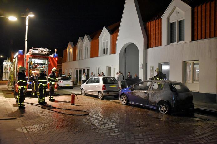 Auto in vlammen op in Fraterstraat Tilburg, politie gaat uit van brandstichting