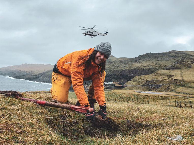 """Caro De Brouwer (27) gaat aan de slag op het meest westelijke eiland van de Faeröer. """"In de zomer kun je hier met de ferry naartoe, nu hebben ze ons met een helikopter gebracht."""""""