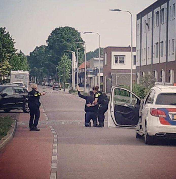 Met getrokken wapen wordt de Rotterdammer in de Jan Vermeerstraat gearresteerd.