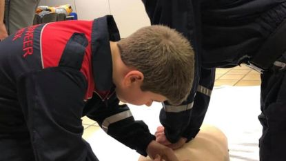 Opleiding loont: lid jeugdbrandweer en vriend reanimeren man na beroerte