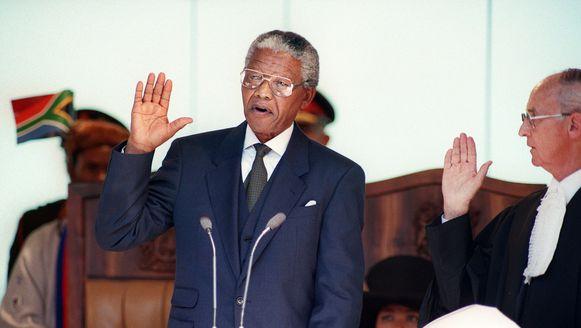 Nelson Mandela bij zijn eedaflegging als eerste zwarte president van Zuid-Afrika in mei 1994