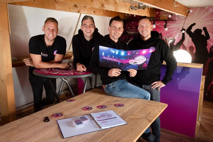 't Begin van t End bereidt voor in het clubhuis aan de Sportweg in Andelst. Links Bram Ariese, Roy Vermeulen, Paul de Ruijter (met boek) en Edwin IJkhout.