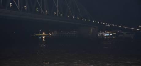 Frontale botsing op de Waal bij Lent, brandweer druk met evacuatie passagiers