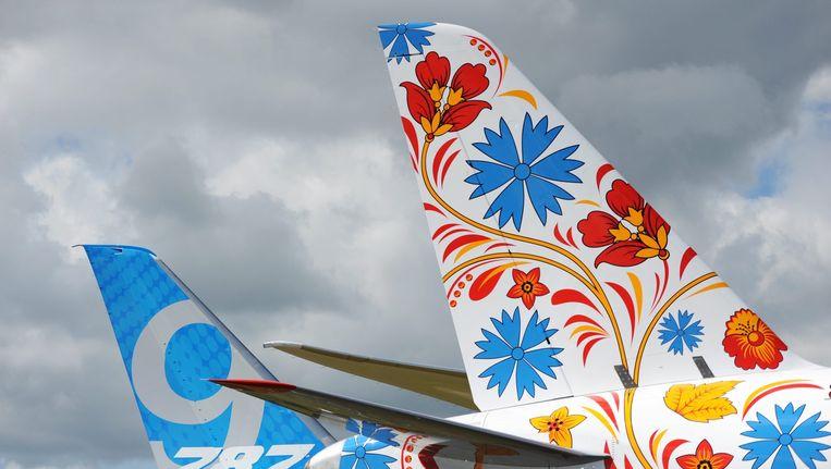 Staartstukken van (andere typen) vliegtuigen van UTair op archiefbeeld. Beeld epa