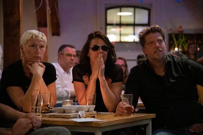 PR dgfoto Gelderlander Nijmegen: In de Thiemeloods in de Nijmeegse wijk Bottendaal kon men op een groot scherm zien hoe Duncan Laurence vanavond het Eurovisie Songfestival won. [OP DE FOTO: SPANNING OP DE GEZICHTEN TIJDENS DE JURERING]