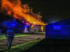 Stal met landbouwmachines in Deurne brandt dinsdagnacht uit