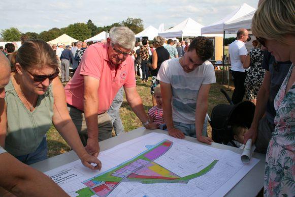 Buurtbewoners bekijken de plannen voor de ontwikkeling van de suikerfabrieksite. De liberale meerderheid wil deze legislatuur nog meer inzetten op participatie.
