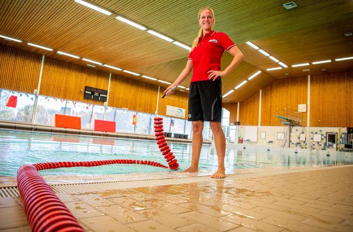 Sylvana Bierman, coördinator zwemlessen bij de Veur, is bezig met de laatste werkzaamheden voor de heropening.