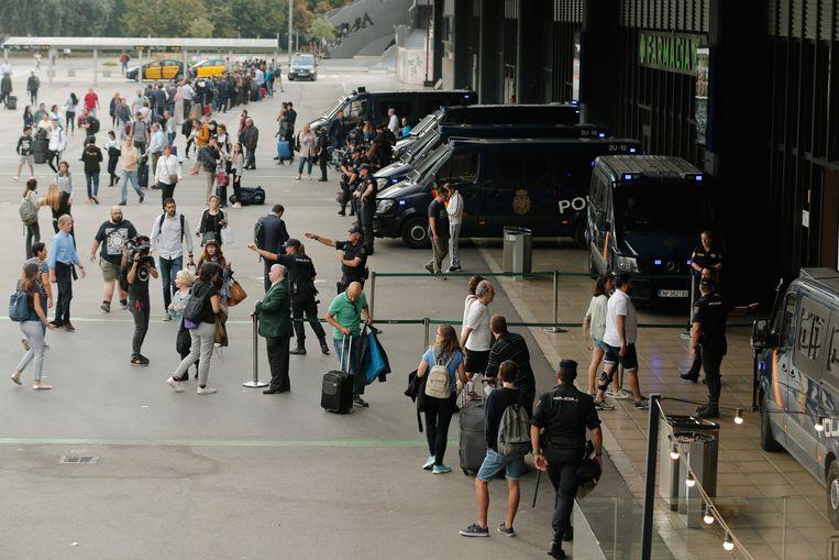 Aan het treinstation Sants in Barcelona is de politie met een grote macht aanwezig.
