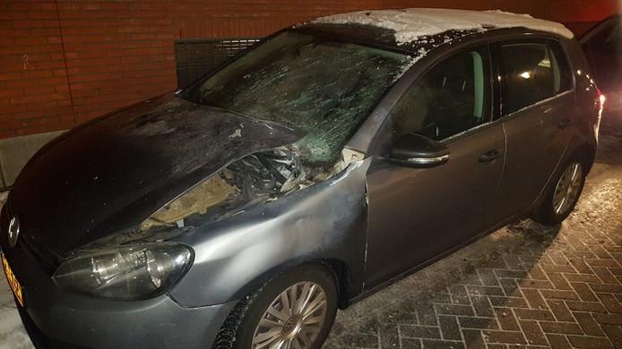 De vernielde auto van de politie