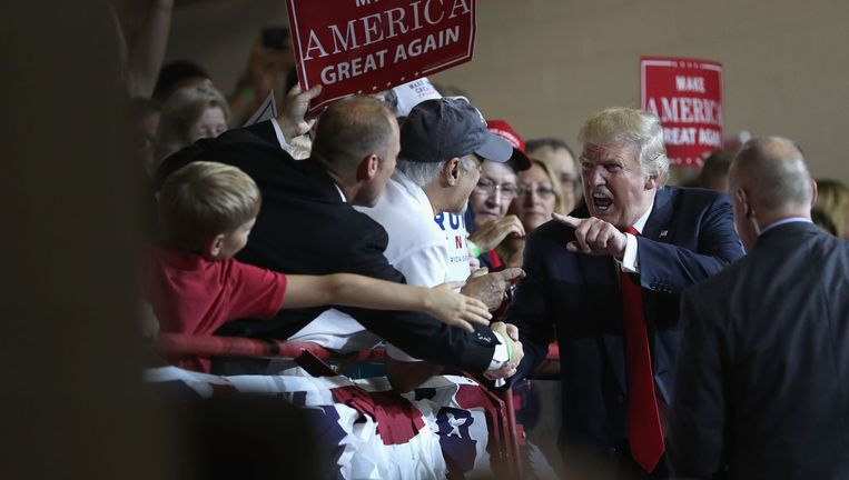 De Republikeinse presidentskandidaat Donald Trump tussen zijn aanhangers op een bijeenkomst in Pennsylvania Beeld afp