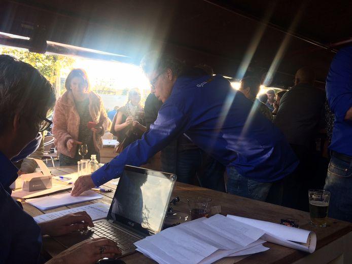 De organisatie van de Ujese Kwis noteerde zondagmiddag in een bomvol café De Preek al 131 teams voor de quizavond op 27 december.