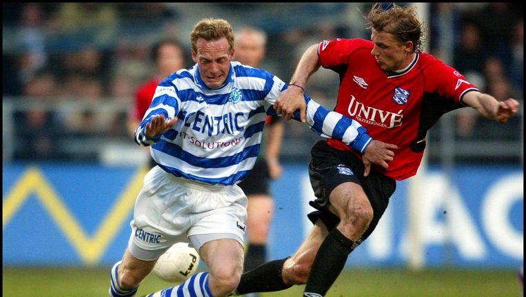 Peter van Vossen (L) in duel met Arjan Ebbinge (R). Beeld anp