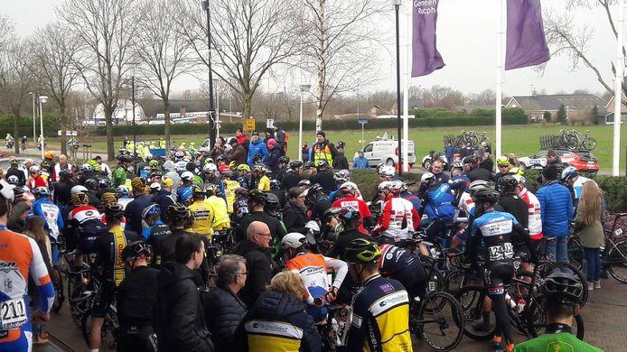 Een deel van de renners, vlak voor de start.