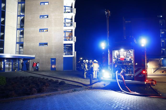 De brand brak uit op de vierde verdieping van het appartementencomplex in Zwolle.
