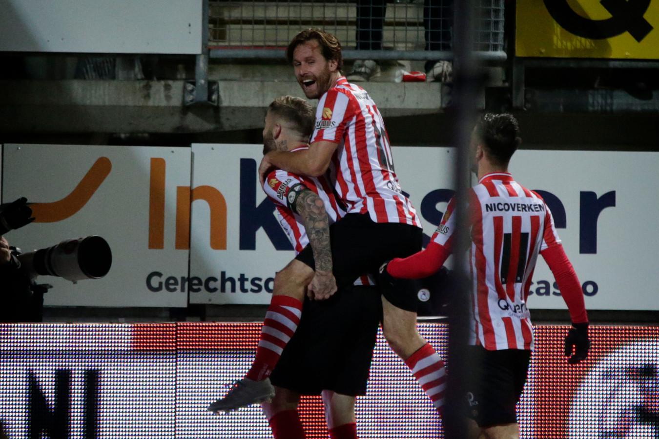 Lars Veldwijk viert zijn doelpunt met Thomas Verhaar in zijn nek