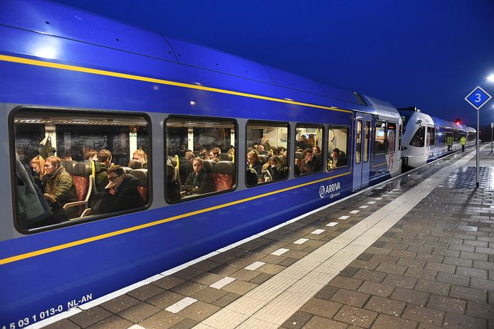 Steeds meer partijen maken bezwaar tegen de problemen op de Maaslijn. Storingen en overvolle treinen zorgen dat studenten en werknemers vaak te laat komen.