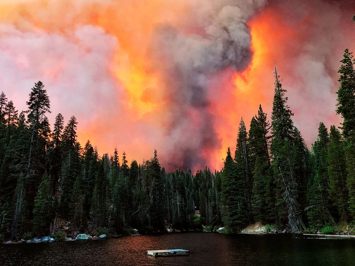 Het Creek Fire gezien vanaf Huntington Lake in Californië.
