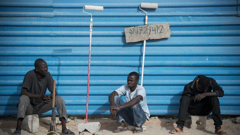 In Libië gestrande migranten bieden zich aan als arbeidskracht. Beeld Jeroen Oerlemans
