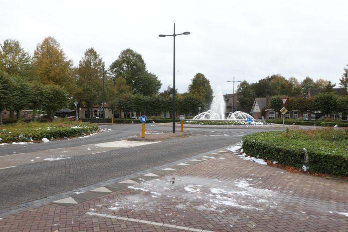 Vandalen hebben zondag afwasmiddel gegooid in de fontein op het Plein 1944 in Schijndel.