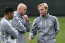 Trainer Erik ten Hag overlegt met zijn assistenten Michael Reiziger en Christian Poulsen.