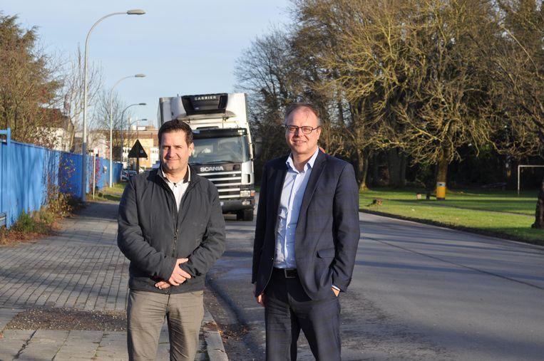 Schepen van Openbare Werken Bart Keymolen (CD&V) en schepen van Mobiliteit Jan Desmeth (N-VA) in de Albert Van Cotthemstraat.
