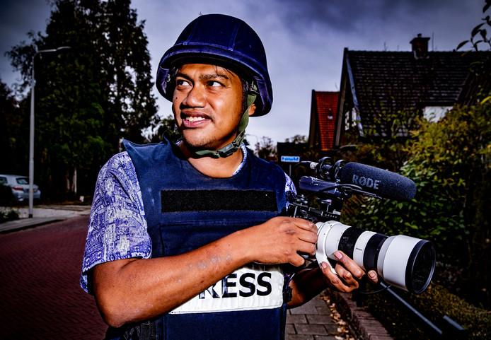 Bud Wichers poseert voor de fotograaf van de Stentor, thuis in Gorssel. De oorlogsjournalist is net terug uit Sulawesi, het land van zijn roots.