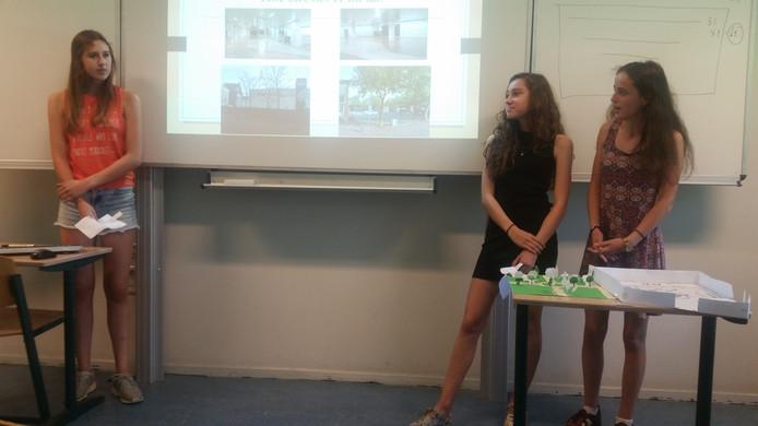 Leerlingen van het TBL pitchen hun idee over de herinrichting van het Osse centrum.