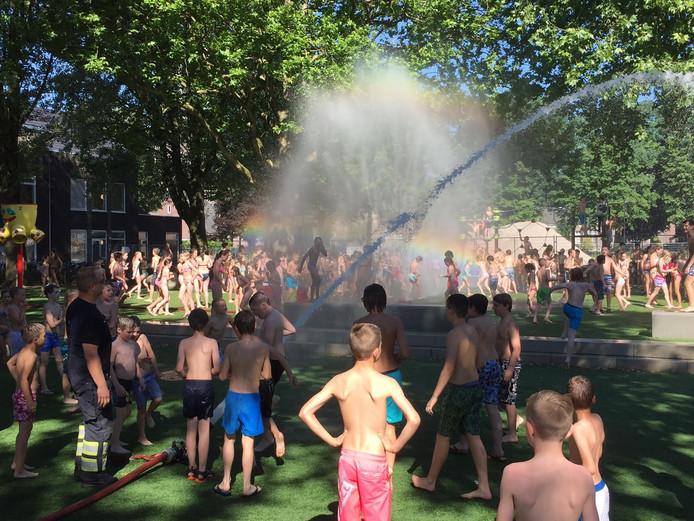 De brandweer zorgde woensdag voor verkoeling voor schoolgaande kids D'r Landmanschool in Helvoirt.