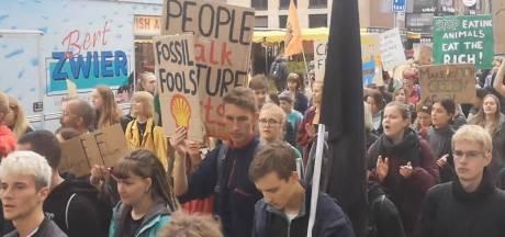 Tientallen demonstranten tijdens klimaatmars in Groningen