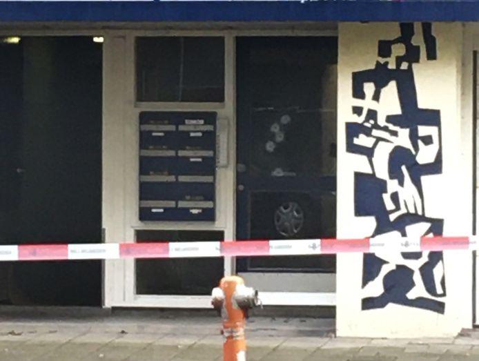 Een woning in de Naaldwijkstraat in Zuid is vannacht beschoten.