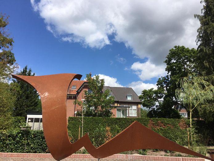 Het kunstwerk van Ruurd Hallema is op maandagochtend geplaatst langs de opgeknapte Elsbeek in Hengelo.