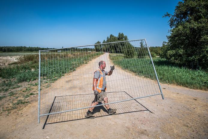 De toegang tot het wandelpad langs de zuidoever van de Rijkerswoerdse Plassen is dinsdag met hekken afgesloten.