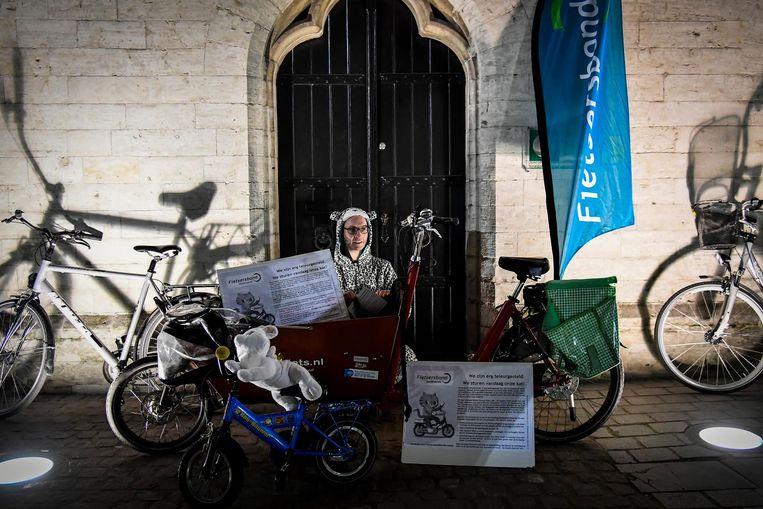 De fietserbond stuurt 'zijn kat' naar de gemeenteraad, waar de light-versie van het circulatieplan goedgekeurd werd.