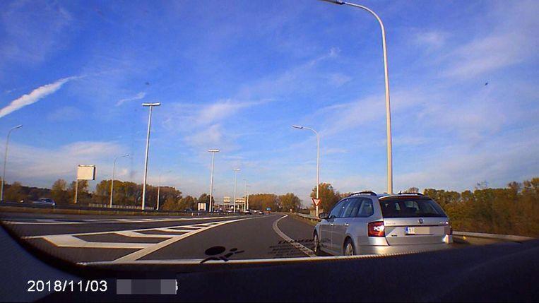 De dashcam van een Oostkampenaar filmt hoe de Skoda Octavia hem voorbijsteekt.