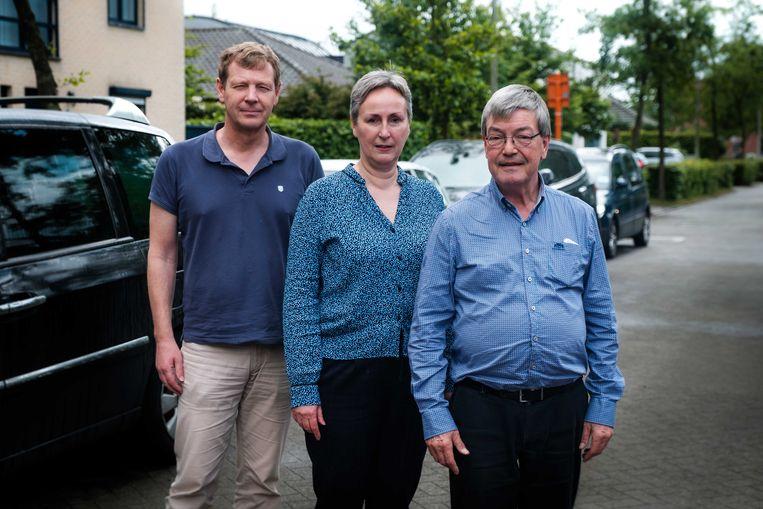 De zorgverstrekkers maken zich grote zorgen en hebben ernstige bezwaren omtrent de nieuwe parkeerzones buiten de singel. vlnr: Eddy Somers, Karen Scheers, Jan Dockx.