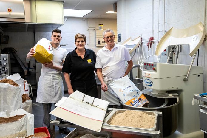 Henk en Bea Wessels met opvolger Daniël in de ambachtelijke bakkerij.