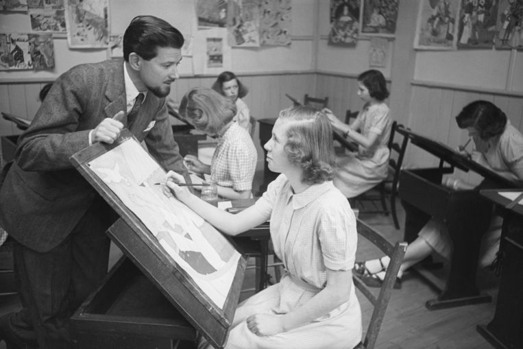 Cartoonist Ronald Searle bezoekt een kunstles op de Acton Reynolds girl's school vlakbij Shrewsbury in 1950. Beeld Kurt Hutton / Getty