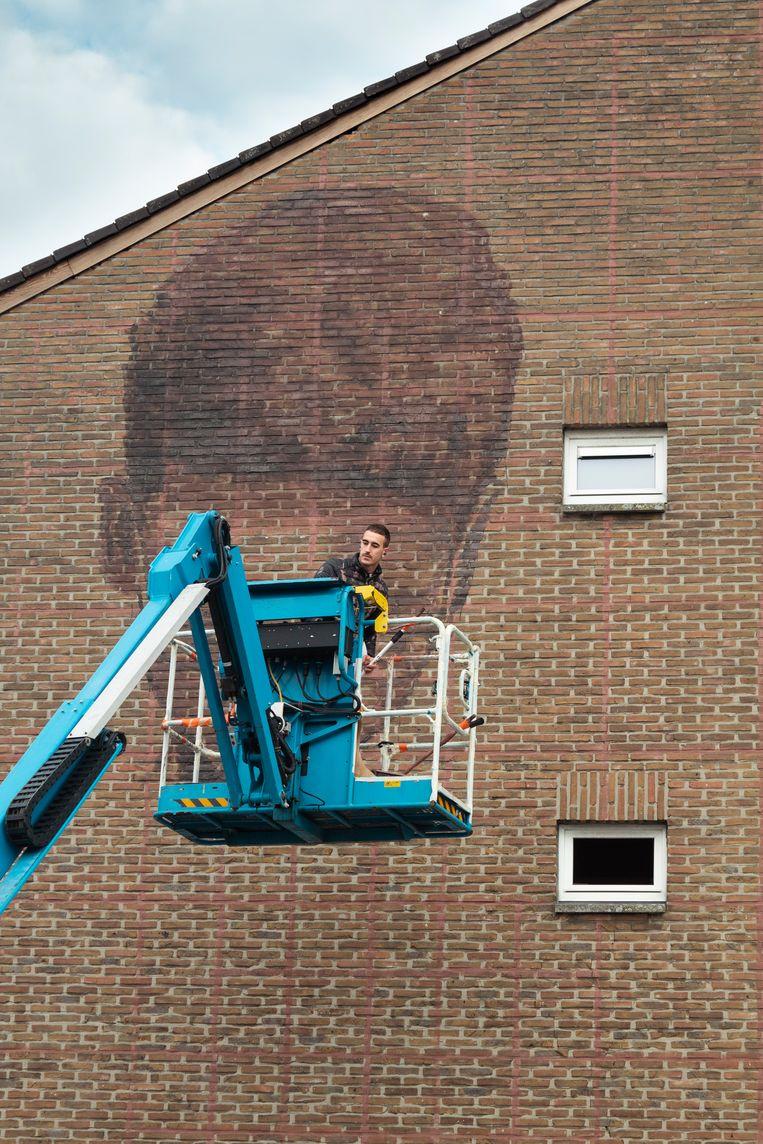De Spaanse graffiti-artiest Slim Safont tijdens de aanvang van het project.