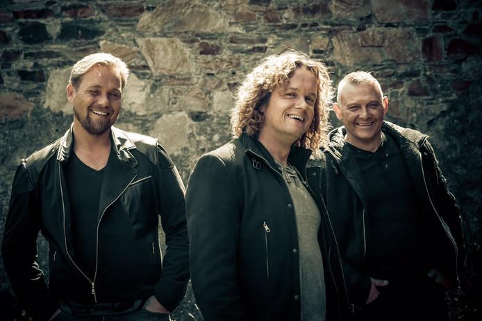 De groep Ancora brengt woensdag een nieuwe single uit. Het is het lied Calypso, de klassieker van John Denver. Het is 't eerste muzikale wapenfeit van Zwollenaar Harm Wolters (rechts) na zijn zware hartoperatie.