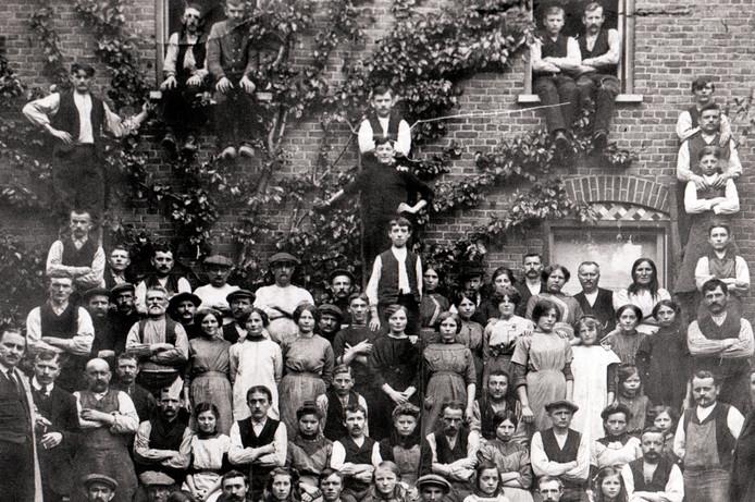Het personeel van sigarenfabriek De Hofnar in 1915. Fotobron onbekend, maar kennelijk komt hij uit het archief van Pierre van de Meulenhof.