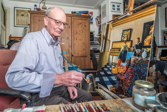 Wim Meijer werkt aan zijn versie van Vermeers 'De Muziekles'.