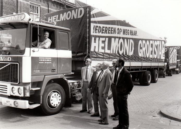 Burgemeester Jacques Geukers heeft plaatsgenomen achter het stuur van een vrachtwagen van transportbedrijf Van Hout. Het is augustus 1983. Met de slogan 'Iedereen op weg naar Helmond groeistad' maakte het internationaal transportbedrijf reclame voor Helmonds gunstige huisvestingsklimaat in nieuwe wijken als Rijpelberg en groot-Brouwhuis.