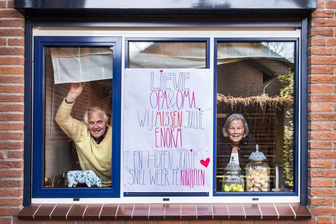 Frits en Gonny Gremmen met de poster van kleindochter Roos.