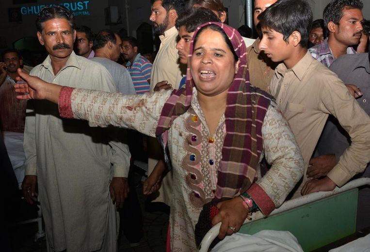 Een Pakistaanse vrouw die een familielid verloor bij de aanslag. Beeld afp