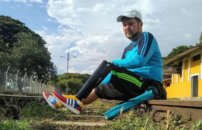 Yeslie Aranda uit Venezuela trekt door het hele Zuid-Amerikaanse continent om zijn dochter (die ook een been mist) én landgenoten te inspireren.