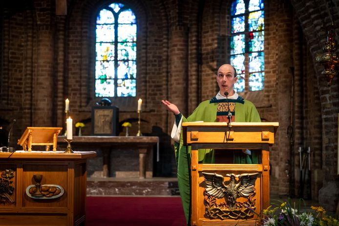 Ook in de kerk wordt Nederlands verruild voor het Engels. Kapelaan Geoffrey de Jong geeft een kerkmis in het Engels.