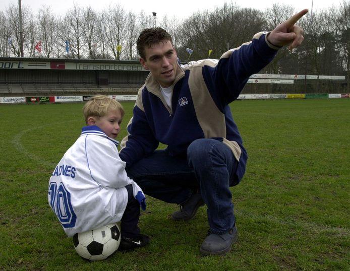 Archieffoto uit 2000: Ad Gladdines op het hoofdveld bij Halsteren met zoontje Dani