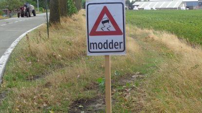 Verkeersbord waarschuwt voor modder op de weg