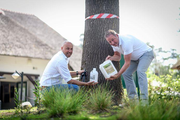 Landal Holten heeft een biologisch middel tegen de eikenprocessierups getest. Dit middel sloeg goed aan. Nu gaan de overige Landalparken in Nederland, de Welkoop en nog een aantal zaken het middel inzetten of verkopen. Rutger Cruiming (L) manager van het park en Jan van der Sluis commercieel directeur van het bestrijdingsmiddell.